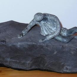 DÉTRESSESculpture en stéatite et ardoiseH: 17 cm. B: 48 cm. X 18 cm.
