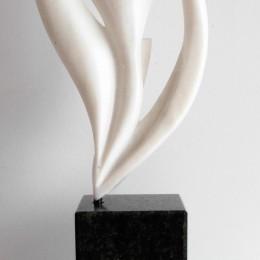 GERME DE VIESculpture en marbre et granitH: 54 cm. B: 10 cm. X 10 cm.