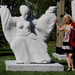 Aylya, déesse de la conscience. Sculpture monumentale. Lac-MéganticPierre calcaire Indiana.162 cm X 168 cm X 69 cm