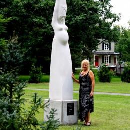 Maris Stella. Sculpture monumentale. St-Jacques-de-Montcalm, QC.Pierre calcaire Indiana.300 cm X 68 cm X 65 cm