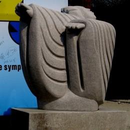 Le Vent. Sculpture monumentale. Jimo, Chine.Granit230 cm X 150 cm X 90 cm