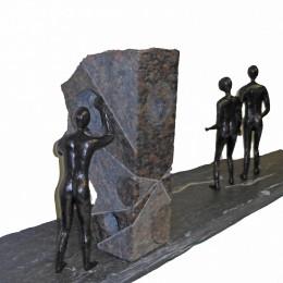 UN DERNIER REGARDSculpture en granit, bronze et ardoise H: 35 cm. B: 104 cm. X 22,5 cm.