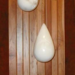 Goutte à goutte... surgit la vie!Albâtre cristalline, installation de 5 pièces (2008)38 cm hauteur x 15 cm diamètre